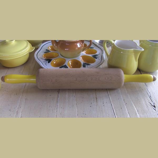 Brocante Keukenspullen : Brocante Keukenspullen : Brocante deegroller met gele houten handvaten