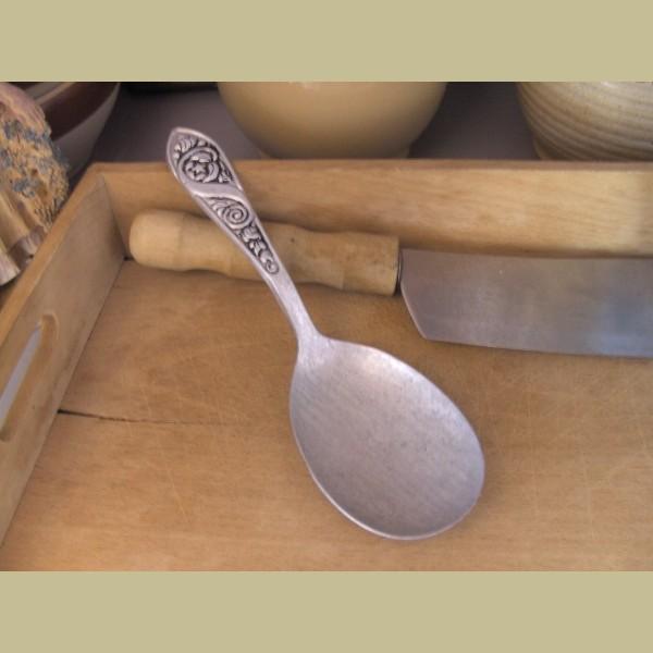 Brocante Keukenspullen : Keukenspullen > Brocante aluminium lepel met versieringen