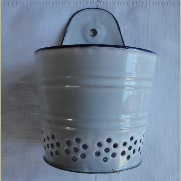 Brocante Keukenspullen : Keukenspullen > Brocante emaille theebladeren zeef, wit / blauw