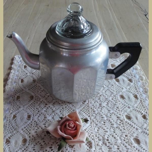 Brocante Keukenspullen : Keukenspullen > Brocante aluminium theepotje met glazen deksel