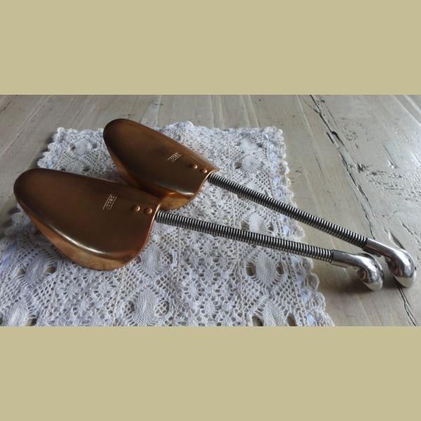 Retro Keukenspullen : Retro & vintage > Vintage koperkleurige schoenspanners Pedor