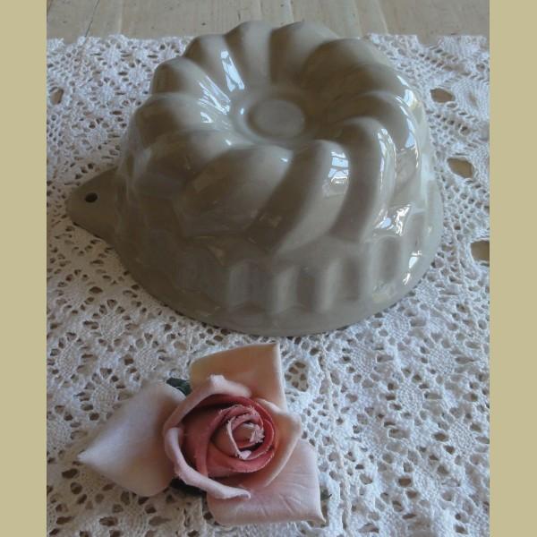 Brocante Keukenspullen : Keukenspullen > Brocante keramieke beige puddingvorm, tulbandje
