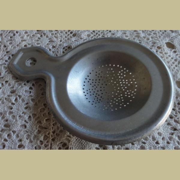 Brocante Keukenspullen : Keukenspullen > Frans brocante aluminium theezeefje