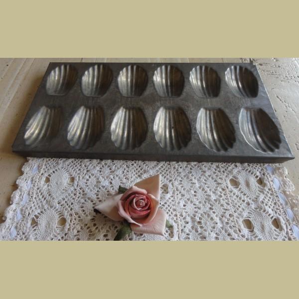Brocante Keuken Textiel : Keukenspullen > Oude Franse brocante Madeleine bakvorm voor 12 stuks