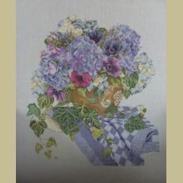 Borduurwerk met hortensia's, anemonen, pompdoek