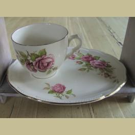 Brocante Engelse kop en schotel met roze roosjes