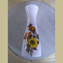 Retro opaline vaasje met gele en oranje bloemen