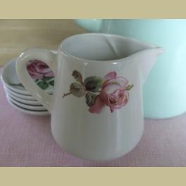 Franse brocante melkkannetje met roze rozen, Moulin des Loups