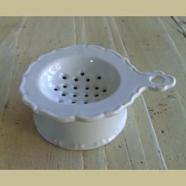 Brocante wit porseleinen zeefje met houder