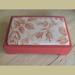 Oud brocante mini rood voetenbankje met bloemen