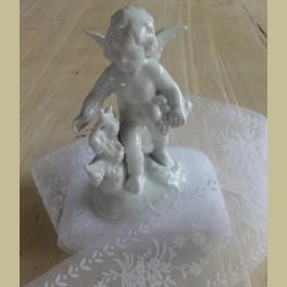 Wit porseleinen engel met druiven