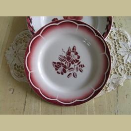 Frans bord, MARSAC Digoin Sarreguemines met rode bloemen