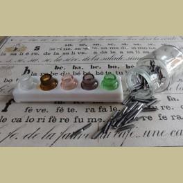 Franse gekleurde glazen inktpotjes met melkglazen houder