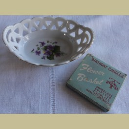 Brocante klein opengewerkt schaaltje met paarse bloemetjes