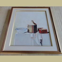 Schilderij, wit blauw emaille schaaltje, koperen bus en rood doosje