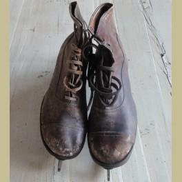 Oude doorleefde kinder schaatsen