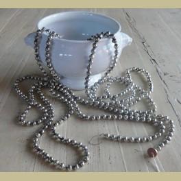 Oude kerstslinger met zilverkleurige glazen balletjes
