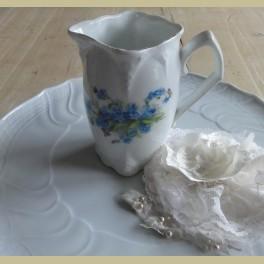Groot brocante melkkannetje met blauwe bloemetjes