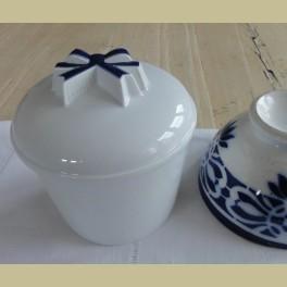 Wit porseleinen (boter) pot met blauwe strik , Seltmann Weiden