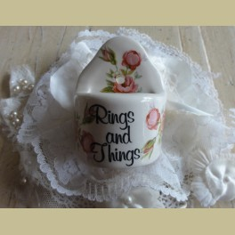 Vintage Ring and Things, ringenbakje, gebroken wit met roze roosjes
