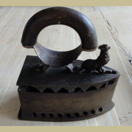 Oude kolen strijkijzer met haan