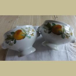 2 Soepkommen met berenkoppen, perziken en bloesem