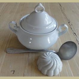 Kleine sierlijke wit porseleinen soepterrine, Winterling