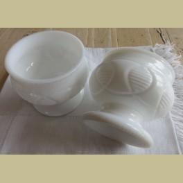Vintage wit melkglazen schaaltje op voet