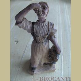 Brocante houten beeldje vrouw met druiven , druivenplukster
