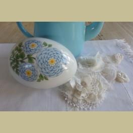 Groot wit porseleinen ei schaaltje met blauwe bloemen, Gerold porzellan