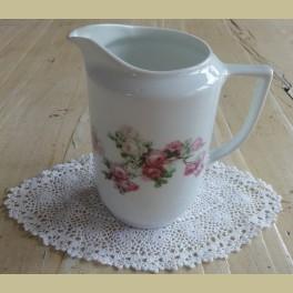 Wit porseleinen brocante melkkannetje met witte en roze roosjes