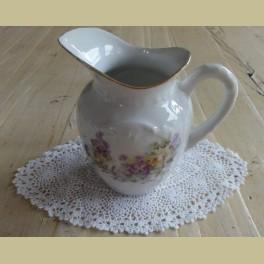Wit porseleinen brocante melkkannetje met bloemetjes