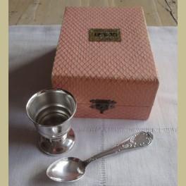 Zalm roze brocante doosje met verzilverde eierdopje en lepeltje