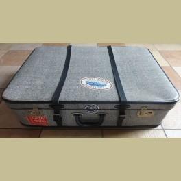 Grote oude brocante koffer met paar oude reisstickers