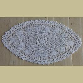 Frans brocante ovale wit gehaakt kleedje