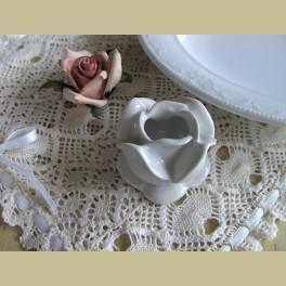 Franse wit porseleinen kandelaartje roos