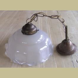 Oud brocante koperen hanglampje met mat glazen kapje