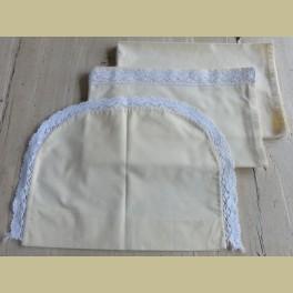Geel lakentje, onderlakentje en sloopje met wit kant