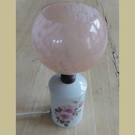 Frans brocante porseleinen lampje met roze glazen kapje