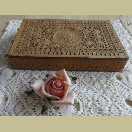 Frans brocante doosje met roosjes reliëf