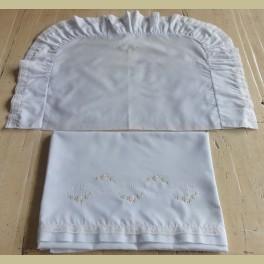 Lichtblauw brocante lakentje en sloopje met kant en bloemetjes