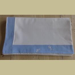 Witte brocante sloop met blauwe rand met bloemetjes
