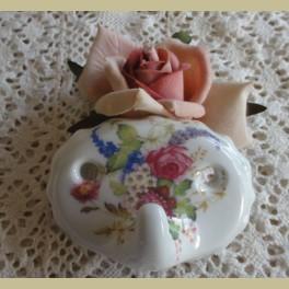 Brocante porseleinen ophanghaakje met bloemetjes, Hadida