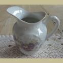 Frans brocante melkkannetje met paarse bloemetjes