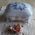 Franse wit porseleinen bonboniere met pootjes en blauwe bloemen