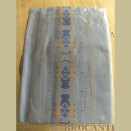 Vintage lichtblauw tafelkleed, mandjes met bloemetjes
