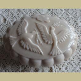 Brocante zacht roze glazen zeepdoos met duiven, Nina Ricci