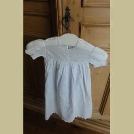 Oud Frans wit brocante kinderjurkje, nachthemdje met borduursels