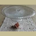 Glazen taartschaal op voet met ribbels