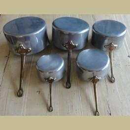 5 Franse brocante aluminium steelpannen, koperen handvaten